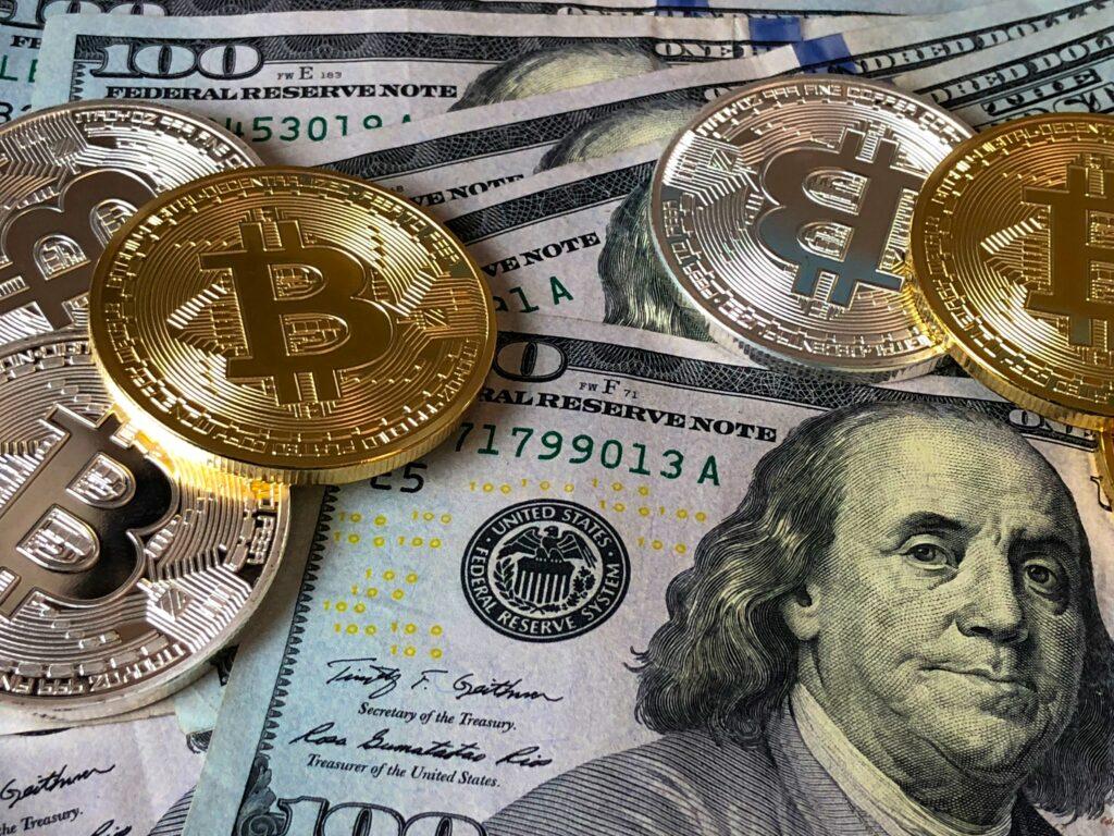 Kryptowährungen, Bitcoin und Dollarscheine